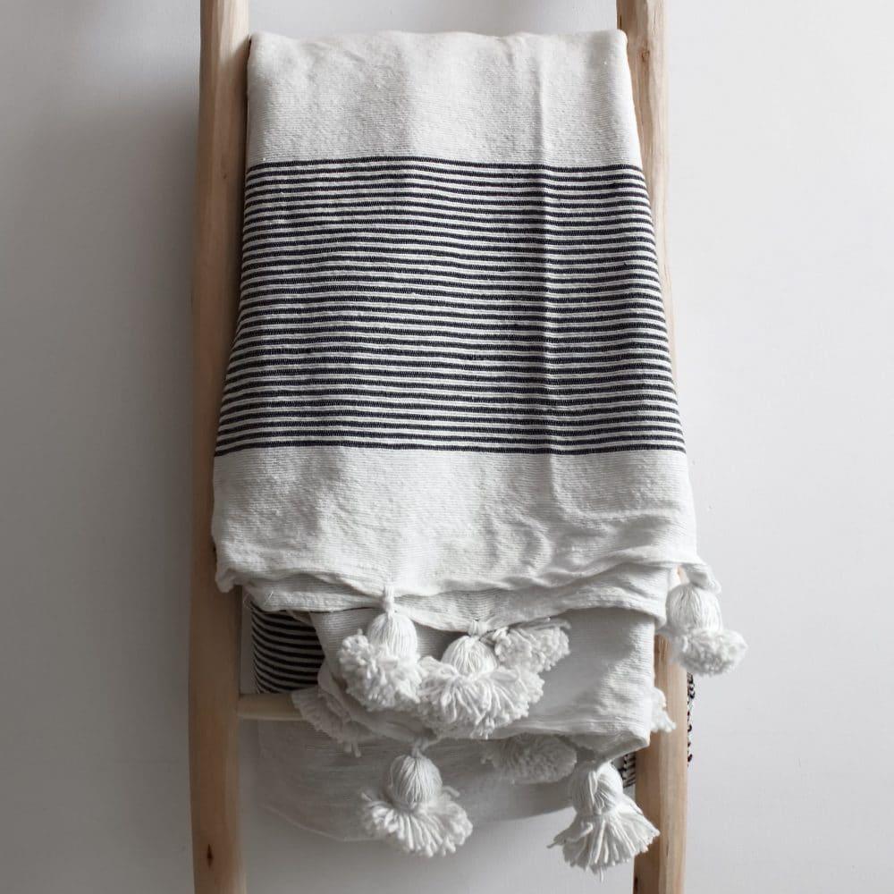 wei schwarz gestreifte pompom tagesdecke textilien aus. Black Bedroom Furniture Sets. Home Design Ideas