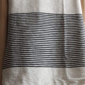 Pompom Tagesdecke fein schwarz weiß gestreift