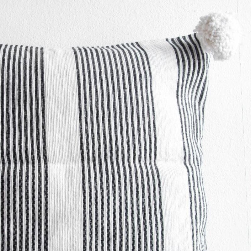 Weiß gestreiftes Pompom Kissen