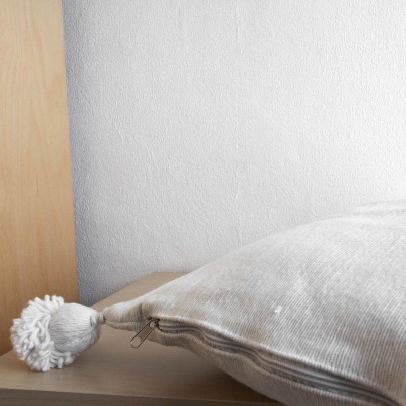Weißes Pompom Kissen
