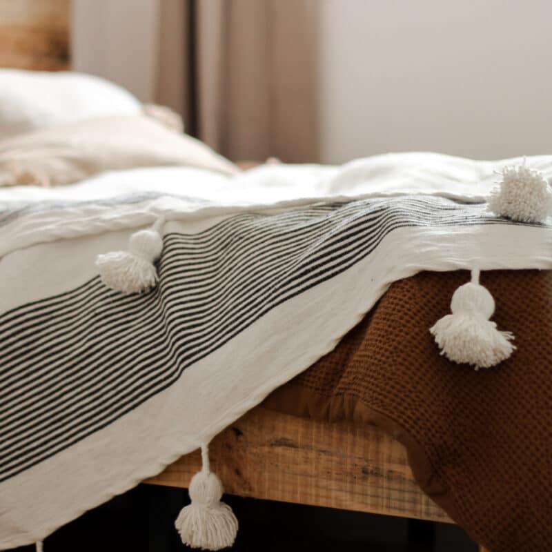 Weiß schwarz gestreifte Pompom Tagesdecke