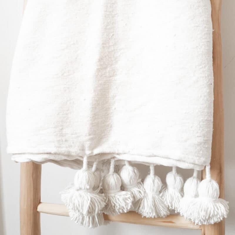 Weiße Pompom Tagesdecke