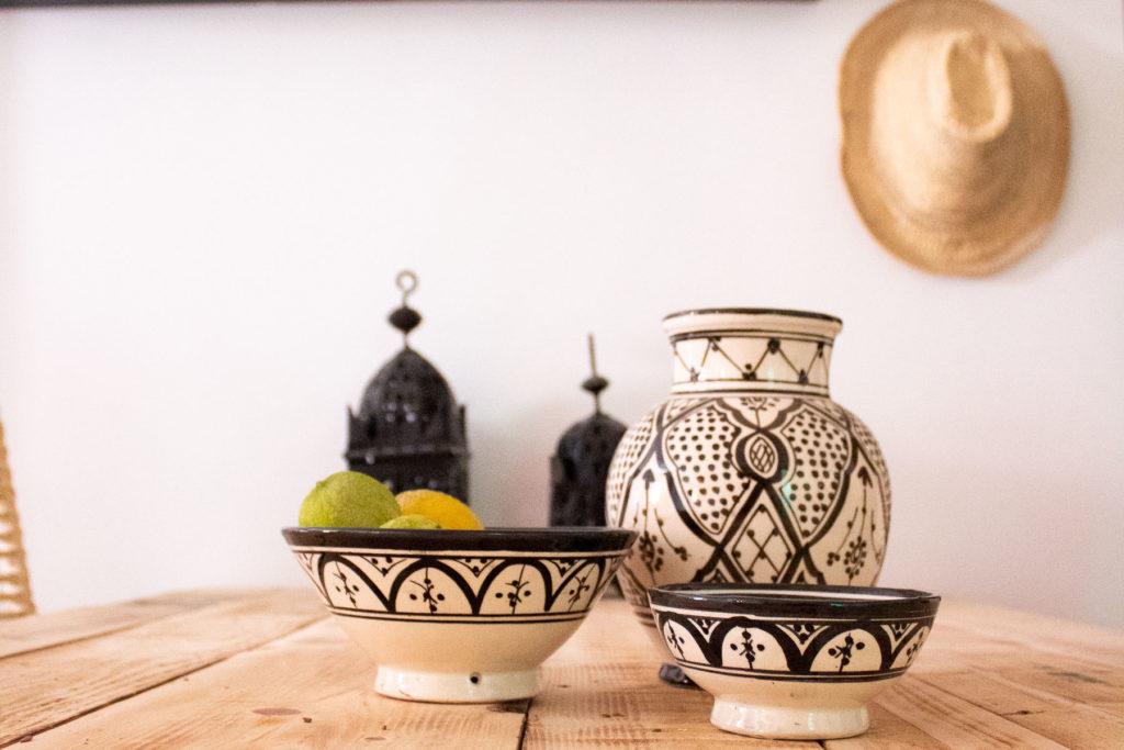 Marokkanisches Geschirr in schwarz weiß