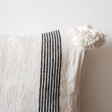 Schwarz weiß gestreiftes Pompom Kissen STRIPES