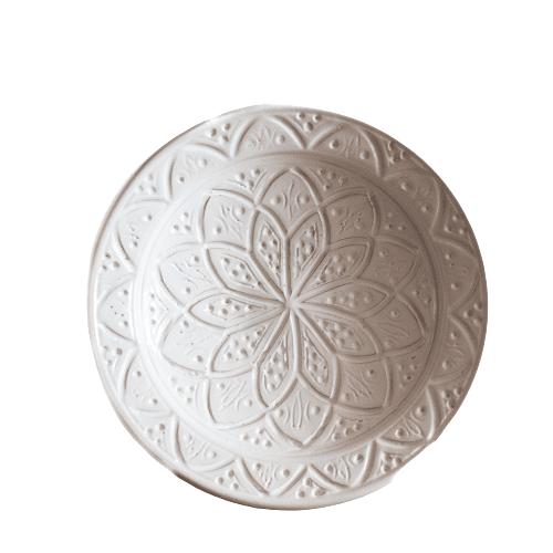 Marokkanischer Teller aus Steingut mit weißer Gravur