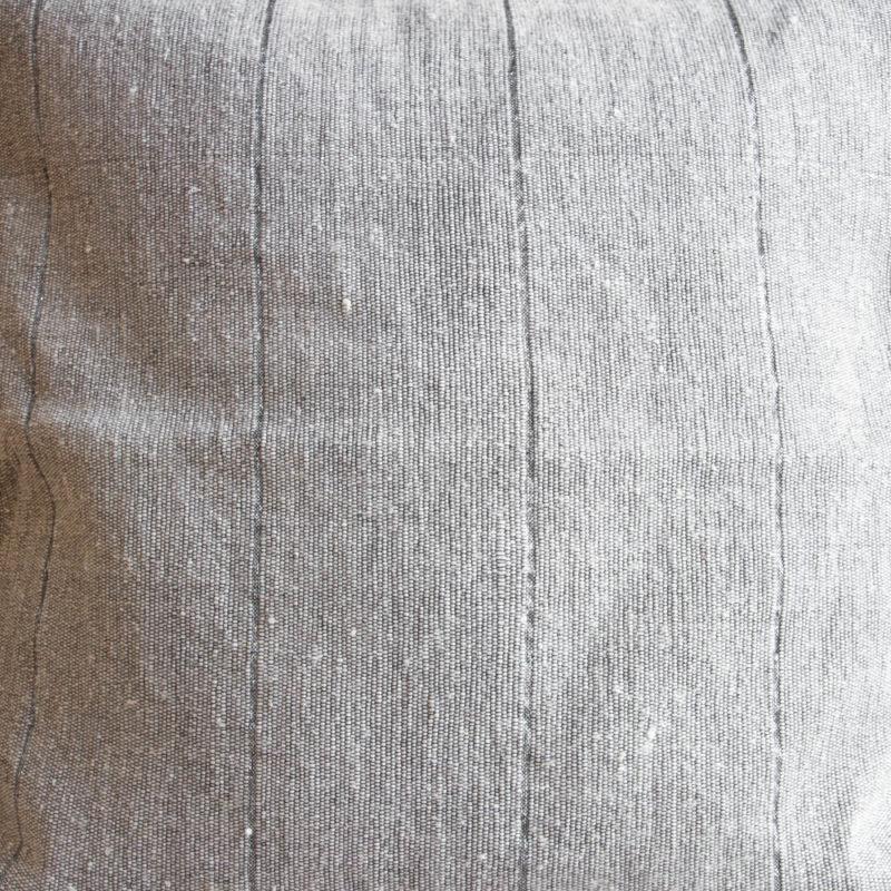 Beiges Pompom Kissen mit Silberstreifen