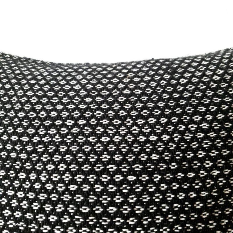Handgewebtes weiß schwarzes Pom pom Kissen