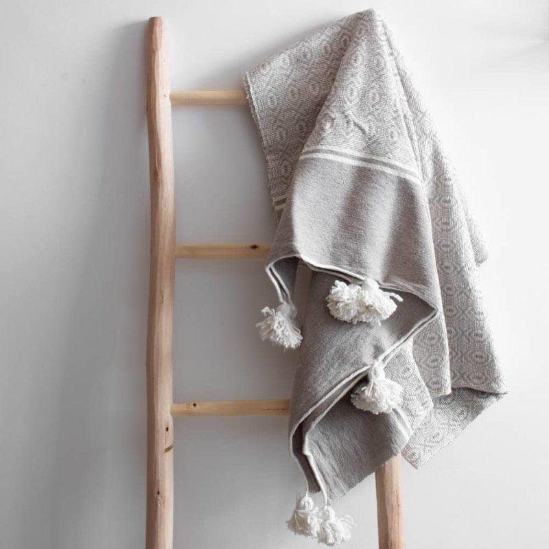 Gemusterte Pompom Decke in sand-weiß