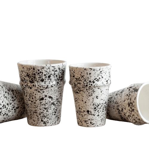 Schwarz weiß gesprenkelte Tassen aus Steingut SPLASH