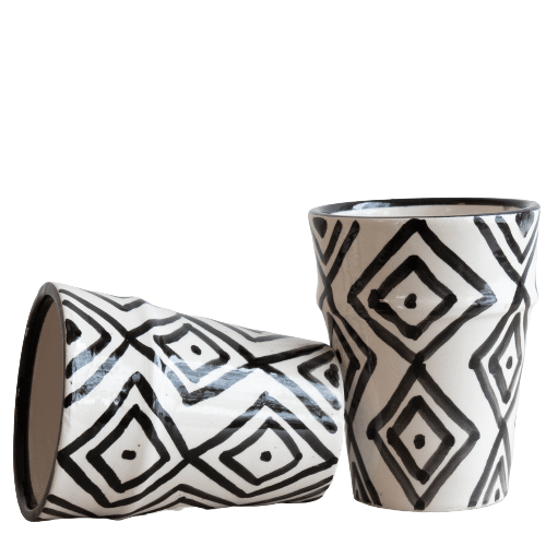 Steingut Tassen in schwarz weiß mit geometrischem Muster TARGET