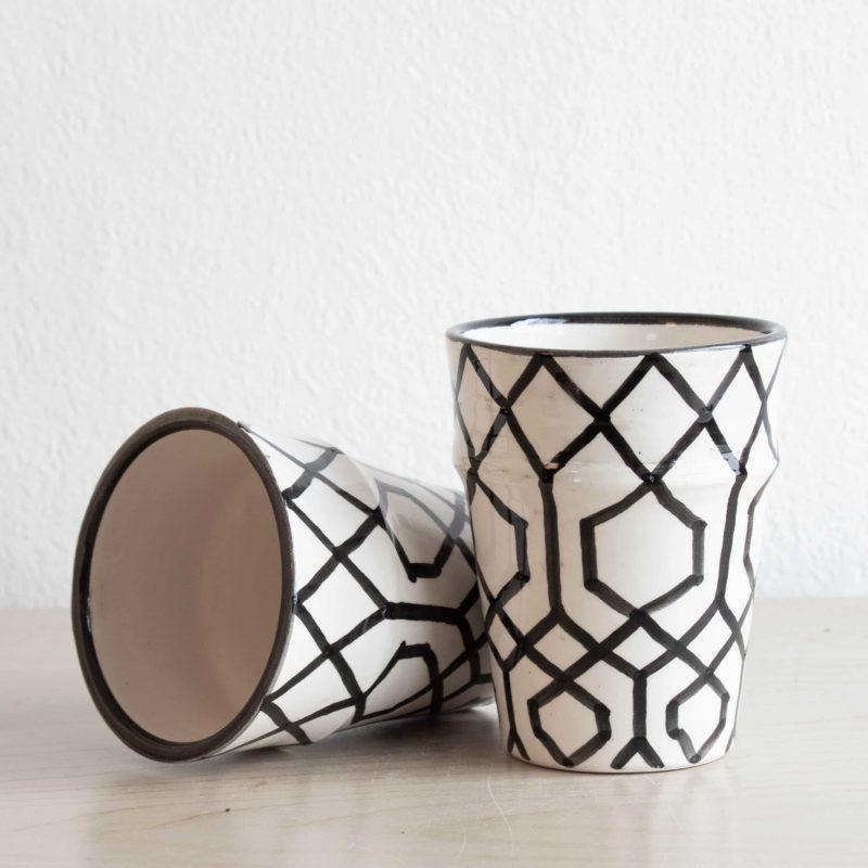 Tassen mit geometrischem Muster in schwarz weiß