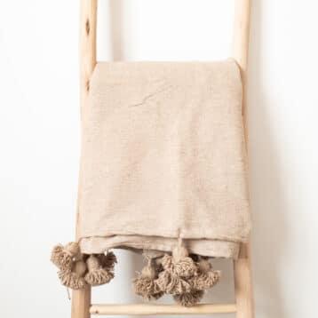 Hellbraune Pompom Tagesdecke CAMEL
