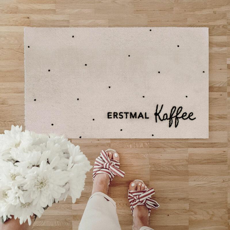 Fußmatte von Eulenschnitt Erstmal Kaffee mit Punkten